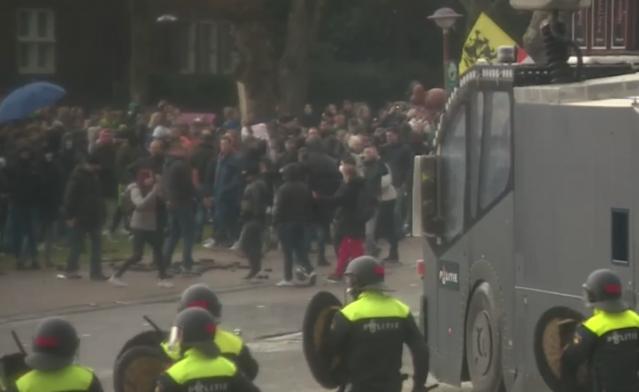 Kısıtlamalara karşı çıkan göstericilere polisten sert müdahale!   Hollanda'nın başkenti Amsterdam'da covid-19 kısıtlamalarına karşı çıkan bir grup ile polis arasında arbede yaşandı.  Polis, göstericileri dağıtmak için tazyikli su kullanırken, binlerce kişi ile polis arasında hareketli anlar yaşandı.