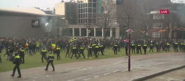 """Protesto organizatörlerinden biri, 'Hollanda Direnişte' pankartıyla sloganlar attı. Hollandalı yayıncı NH'ye olayı kısıtlama kararını kabul etmediğini söyledi.  """"İlk günden itibaren belediye ve polise danıştım. İstediklerini yaptım. Ve bu gerçekten çok fazlaydı. İki noktada kımıldamak istemedim, yani Museumplein'de durmamıza izin verildiği ve insanların izin verilen sayıda"""" olduğunu belirtti."""