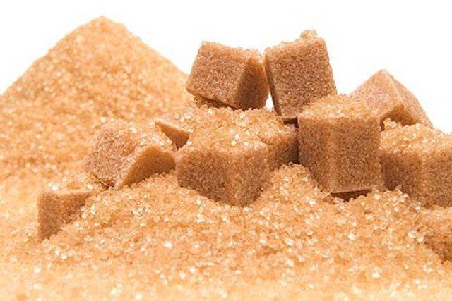 """Gıda sanayinde üretilecek gıda maddelerinde; şeker kullanılması gereken durumlarda esmer şekerin kullanılması uygun değildir. Çünkü çeşni maddesi olarak melas içerdiğinden ve üründe karamelizasyon söz konusu olduğundan ilave edildiği gıdaların duyusal özelliklerini değiştirmesi söz konudur.   Meyve suyuna esmer şeker ilave edildiği zaman tat değişimi nedeni ile meyve suyunun veya meyve nektarının tadında tüketicilerin alıştığı tattan farklı bir tat oluşacağı için üretimde kullanılmamaktadır."""""""