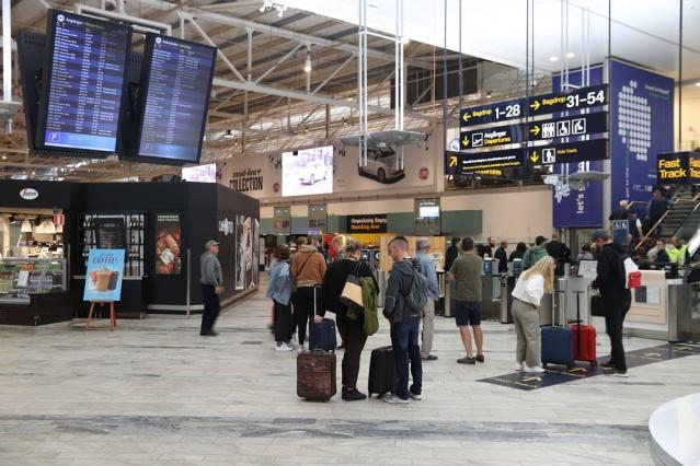 Sınır Polisi, Landvetter Havalimanı'nda geçici pasaport üretimi konusunda problem yaşandığını bildirdi.  Sabah saatlerinden itibaren geçici pasaporta başvuruların durdurulduğu belirtilirken, geçici pasaport alma ile ilgili yoğunluk oluştuğu gözlendi.