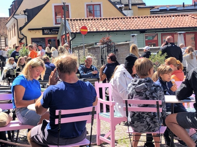 Yeni tip koronavirüsle (Kovid-19) mücadelede hafif önlemler alınan İsveç'te sürü bağışıklığı stratejisinin işe yaramadığı iddia edildi.  İsveç Sağlık Genel Müdürlüğü, 74 bini aşkın Kovid-19 vakası ve 5 bin 526 virüs kaynaklı ölümün gerçekleştiğini bildirirken, 10 milyon nüfuslu ülkenin başkenti Stockholm'de insanların sadece yüzde 7,3'nün hastalığa karşı antikor geliştirdiği ifade edildi.