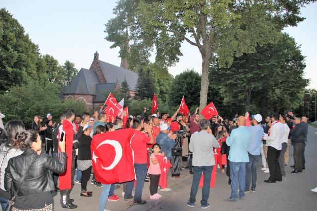 İsveç'te coşkulu seçim kutlaması. Türkiye Cumhurbaşkanlığı seçimini Ak Parti'nin kazanmasının belli olmasından sonra İsveç'te de vatandaşlar kutlama başlattı.