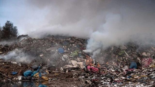 Botkyrka'daki Kagghamra çöp depolama sahası Kasım ayının sonundan beri yanıyor.   Aylardır söndürülmeyen çöp depolama merkezindeki dumanlar, rüzgarın şiddetiyle Stockholm'ün merkezine kadar ulaştı.  Bölge Räddningscentralen'den Magnus Bengtsson, gece boyunca bununla ilgili konuştuk ettik dedi.  Özellikle Kungsholmen, Farsta ve Södermalm semtlerinde durmanla birlikte yanık kokusu oluştu.