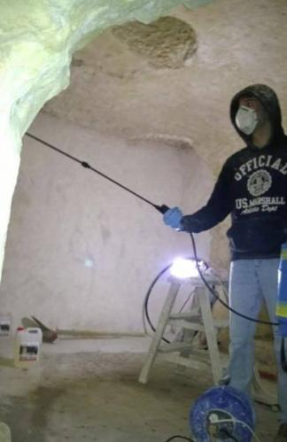 Bir gün bir açık arttırmada, Fransa'nın Loire Vadisi'nde sadece 1 Euro'ya bir mağara ev satın aldılar.