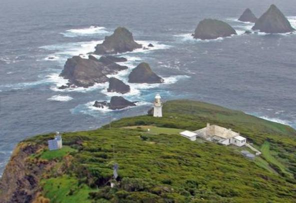 """""""Avusturalya'ya bağlı Maatsuyker Adası sunduğu iş fırsatıyla duyanları şaşırtıyor. Ada, üzerinde yaşamak isteyenlere hem barınma hem de para kazanma şansı sunuyor. Dünyanın en ilginç deneyimlerinden birini yaşama fırsatı sunan  Maatsuyker Adası  ilginç yanlarıyla sizi çok şaşırtacak…"""