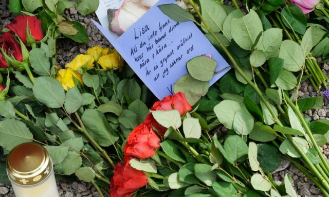 Kaybolduktan günler sonra ölü bulunan 17 yaşındaki Lisa Helena Holm'un cesedinin buluduğu yere güller bırakıldı