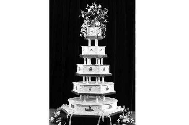 İngiliz Kraliyet ailesinin dünyaca ünlü çifti Prenses Diana ile Prens Charles'ın 35 yıllık düğün pastasından kalan bir dilim, açık artırmada satılacak.