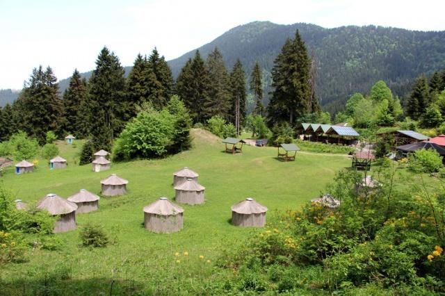 Trabzon'un Maçka ilçesinde 15 dönümlük araziye kurulan kamp alanında Türk oba kültürü yaşatılıyor. 24 çadırlı kamp merkezinde doğada kurulan oba şeklindeki çadırlar, şehirden uzak sosyal mesafeli bir tatil geçirme imkanı sağlıyor.