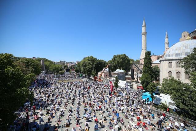 Ayasofya-i Kebir Cami-i Şerifi, 86 yıl sonra kılınan cuma namazıyla ibadete açıldı. Cumhurbaşkanı Erdoğan, TBMM Başkanı Şentop, Cumhurbaşkanı Yardımcısı Oktay ve MHP Genel Başkanı Bahçeli'nin yanı sıra çok sayıda kişi namazda saf tuttu.  İstanbul'un fethine kadar 916 yıl kilise, 1453'ten 1934'te alınan kararla müze oluncaya dek cami olarak kullanılan, 86 yıl müze olarak hizmet veren Ayasofya'nın yeniden ibadete açılması dolayısıyla Diyanet İşleri Başkanlığınca dua programı düzenlendi.   Cumhurbaşkanı Recep Tayyip Erdoğan, saat 12.00 sıralarında Ayasofya Meydanı'na gelmesinin ardından camiye giriş yaptı.  Erdoğan, Diyanet İşleri Başkanlığınca camide düzenlenen dua programında, Kur'an-ı Kerim tilavetlerini dinledi.  Cumhurbaşkanı Erdoğan, cami içinde Kur'an-ı Kerim okudu. Erdoğan, Fatiha suresini ve Bakara suresinin ilk 5 ayetini okurken, Diyanet İşleri Başkanı Prof. Dr. Ali Erbaş program sonunda dua etti.