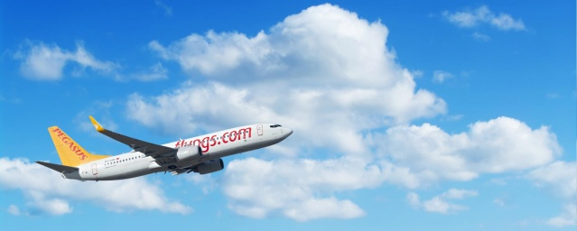 Covid-19 pandemisiyle mücadele kapsamında 28 Mart 2020 tarihi itibarıyla uçuşlarını durduran Pegasus Hava Yolları, bugün iç hatlarda yolcu taşımacılığına tekrar başladı. İlk seferde yer alan yolcuları Pegasus CEO'su Mehmet Nane uğurladı.