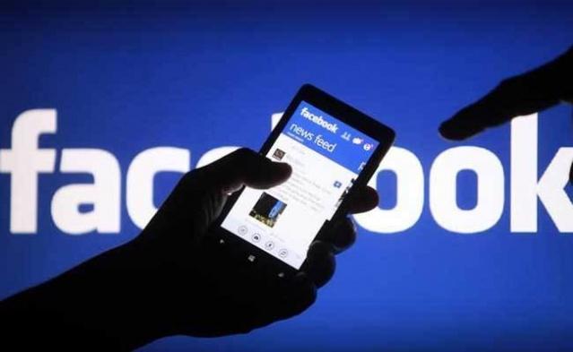 Google'ın ve Facebook'un birçok kişisel bilgimizi kendi veritabanlarında sakladığını biliyoruz. Peki bu takibin sınırı ne? Facebook ve Google bizi nasıl adım adım takip ediyor, bilgisayarımızda, akıllı telefon ve tabletlerimizdeki her hareketimizi nasıl kayıt altına alıyor ve anlık olarak hiç düşünmeden yazdığımız kişisel bilgilerimizin ne kadarının saklıyor ve bunu paraya çeviriyor.