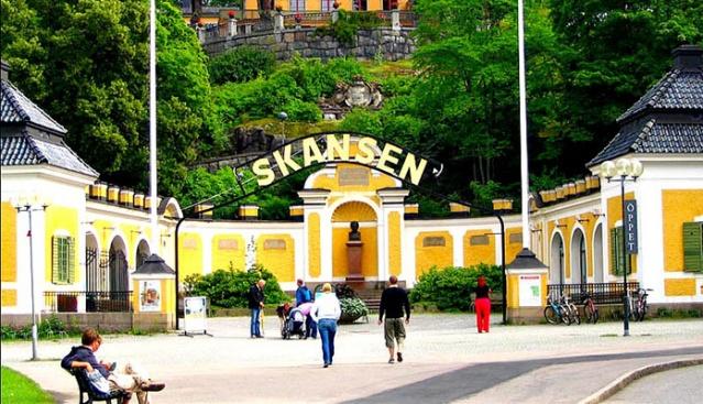 SKANSEN AÇIK HAVA MÜZESİ  Skansen, hem Stockholm'lüler hem de ziyaretçilerin mükemmel bir aile gezisi yapabileceği eşsiz bir yer. Bu, dünyanın en eski açık hava müzesi ve aynı zamanda İskandinavya'ya özgü hayvanların da bulunduğu Stockholm hayvanat bahçesi. Skansen, Royal Djurgården'de güzel bir konumda ve Stokholm'ün  muhteşem manzaralarına sahiptir. Ayrıca bu minyatür İsveç'te. Ülkenin farklı bölgelerinde bulunan 150 çiftlik ve ev sökülüp buraya taşındı. Yaz ortası, Walpurgis Night ve Lucia gibi İsveç gelenekleri Skansen Açık Hava Müzesi'nde kutlanıyor. Skansen'in içindeki Akvaryum'da egzotik hayvanları, lemurları ve değişik türden maymunları mutlaka görmelisiniz.