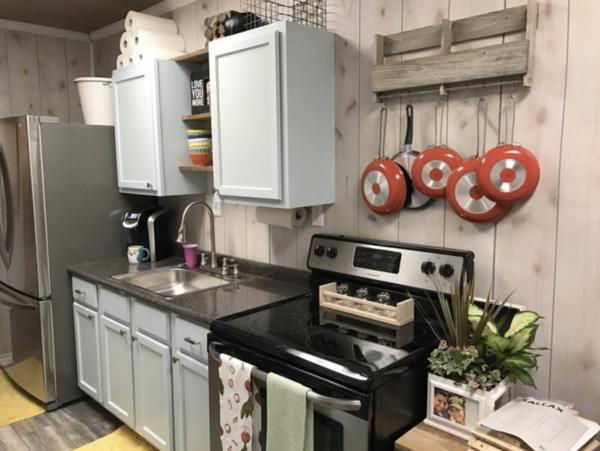 Fırını, buzdolabı, dolapları ve bir mutfakta bulunması gereken bütün eşyalarla açık bir mutfağı var.