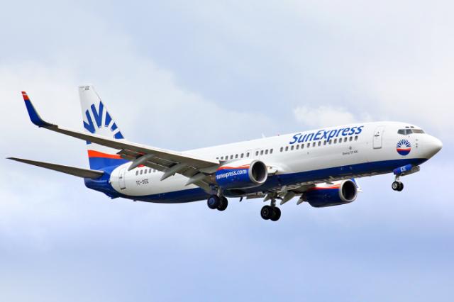 """Düsseldorf-Adana seferini yapan Sun Express Havayolları'na ait uçakta koronavirüs paniği yaşandı.   Uçağın kuleden kalkış izni aldığı sırada 55 yaşında Hatay doğumlu olduğu öğrenilen yolcunun, """"Nefes alamıyorum"""" diye bağırması üzerine kalkışın iptal edildiği bildirildi."""