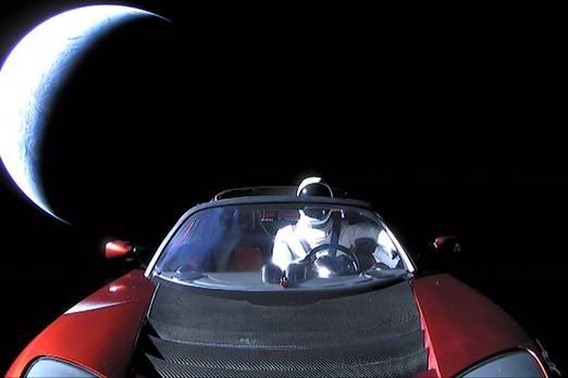 4. Tesla  Bu milyarder Elon Musk, istediği tüm açıklığı ile iletişim kurduğu dünyayı değiştirmek istiyor. Sadece endüstrilerinde birçok farklı şirket kendi istekleri konusunda göz kamaştırıyor. Mesela, Musk, SpaceX şirketi ile insanlığı uzaya taşıyacak ve The Boring Company ile dünyanın trafik sıkışıklıklarını durduracak.  Musk imparatorluğunun en parlak yıldızı ise araba şirketi Tesla'dır. Birçoğu şirketin Musk tarafından kurulmuş olduğuna inanıyor, ancak daha sonra şirkette çok iyi bir oyuncu oldu. 2008'de CEO olarak görev aldı ve Dümen'de Musk ile birlikte Tesla herkesin istediği elektrikli araba oldu.  Şirketin inovasyon zenginliği yadsınamaz. Örneğin, klasik sıcak noktalardan, kendinden tahrikli arabalardan ve yenilikçi kamyonlardan daha hızlı elektrikli arabalar alın mesajı veriyor.  Tesla, 2018 yılında dünyanın en yenilikçi 100 şirketinin Forbes listesinde dördüncü.