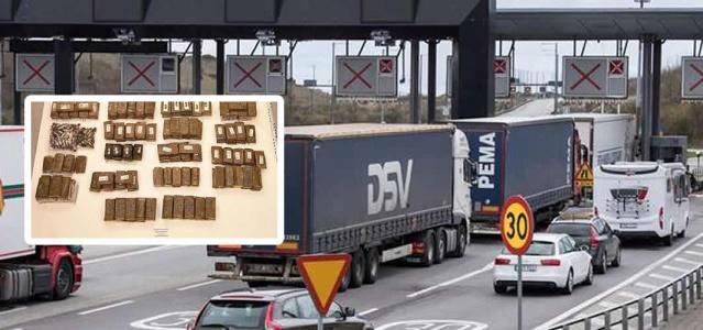 Öresund Köprüsü üzerinden bu hafta sonu iki kamyon içinde gizlenmiş yüzlerce kilo esrar yakalandı.  Köprünün İsveç tarafında araçlar Lernacken gümrük tarafından durduruldu.