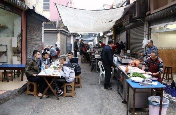 Zengin mutfağı ve kebap geleneğiyle ünlü kentin tarihi dokusu içinde yer alan çarşıdaki Ciğerciler Sokağı'nda günün ilk ışıklarıyla tatlı bir telaş başlıyor.