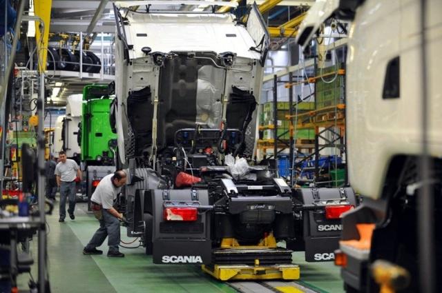 Dev otomotiv firmaları arasında satış için yaşanan rekabet farklı boyutlara taşınıyor.  Çünkü ilkleri başarmanın ekonomik olduğu kadar prestij ve güven açısından da faydaları var. İşte tam bu noktada otomotiv dünyasının yakın geleceğindeki büyük sınavın sonuçları daha da önem kazanıyor. Son olarak Scania, tamamen emisyonsuz ürünler kullanma hedefi doğrultusunda fosil içermeyen çelik kullanımına geçeceğini açıklarken, Volvo'dan da benzer bir adım geldi.   Ama hem uluslararası anlaşmalar hem de yerel düzenlemeler nedeniyle üreticilerin karbon ayak izlerini çok kısa sürede minumum seviyeye çekmesi gerekiyor. Çünkü birçok ülke 2050 yılına kadar karbon nötr ekonomiler olmayı taahhüt ediyor.  Hal böyle olunca otomotiv markaları gelecek planlarını açıklarken satış ve karlılık projeksiyonlarının yanına emisyon başlığını da eklemek zorunda kalıyor.