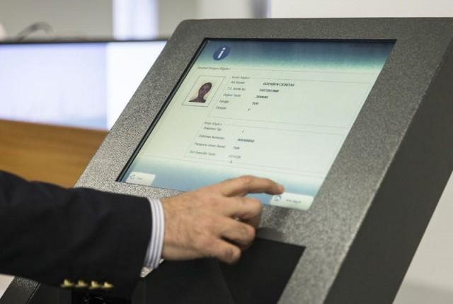 Çipli yeni kimlik kartlarının dağıtımı 14 Mart Pazartesi günü başlayacak. Uygulama öncesi elektronik kimlik kartların basılacağı yüksek güvenlikli merkezi ve yeni kimlik kartlarının üretim süreçlerini görüntülendi. Yeni kimliklerde vatandaşın kimlik sahibi olduğunu doğrulaması için PIN kodu sistemi uygulanacak.