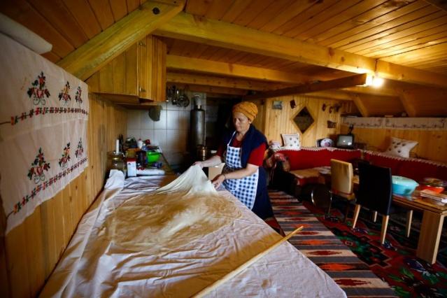 Göl kenarındaki ahşap evlerin birinde yaşayan 53 yaşındaki Fatima Burekovic, bu köye gelin olarak gelenlerden.