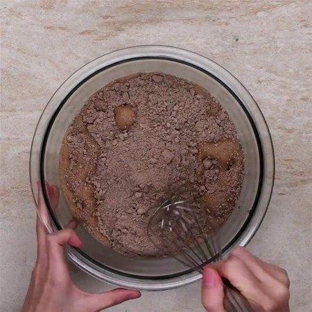 Ardından kek harcını fırın kabına dökün ve pişirin