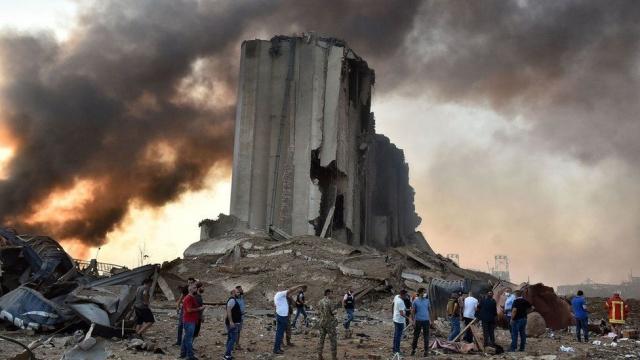Önce, yer sarsıldı, çok az ama neredeyse belli belirsiz. Etrafa hızlıca bakınca, bir sarsıntı olduğunu anlayabiliyordunuz, depodaki dolaplar titriyordu.  Bir, iki, üç saniye ve durdu.  Bir anlık hareketsizlik. Sonra yeri, göğü sallayan bir patlama.  Bu kez bina sallandı, ama ses çok daha büyüktü.  Bütün bunlar Lübnan'ın başkenti Beyrut'ta, patlamadan 10 kilometre uzaklıkta yaşandı.  Başkent yönünden yükselen dumana bakmak için içgüdüsel bir dürtü. Sonra, yine içgüdüsel bir uzaklaşma. Ya bir patlama daha olursa?  Bir çoğu, bunun duydukları en büyük patlama olduğunu söylüyor ve Lübnanlıların anılarında çok patlama var.  Kuzeyden Beyrut'a giden otoyolda, ambulanslar yoğun trafik yüzünden milim milim ilerliyordu. Çok sayıda araçtakiler, patlama çevresindemi mahallelerde yaşayan arkadaşlarını akrabalarını kontrol etmek, onları oralardan çıkartmak için umutsuzca trafiğe çıkmıştı.