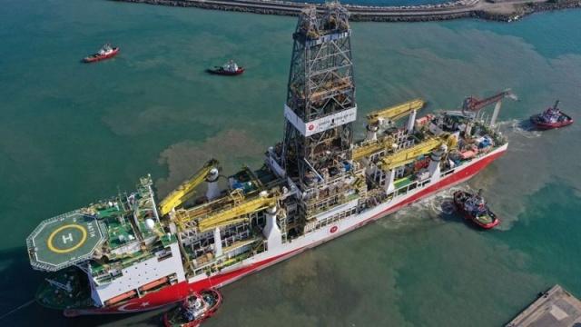 Reuters haber ajansına konuşan iki Türk yetkili, Türkiye'nin Karadeniz'de ciddi gaz rezervleri bulduğunu ve bu gaz ticari olarak çıkarılabilirse ülkenin enerji bağımlılığını azaltabileceğini söyledi.  Reuters'a bilgi veren bir yetkili, bulunan doğalgaz rezervinin Türkiye'nin enerji ihtiyacını 20 yıl kadar karşılayabilme potansiyeli olduğunu belirtti.  Türkiye'nin Fatih sondaj gemisi Temmuz ayı sonundan bu yana Karadeniz'de Ereğli açıklarında Tuna-1 olarak adlandırılan bölgede çalışma yapıyordu.  Yetkili rezervin Tuna-1 bölgesinde bulunduğunu ve yaklaşık 800 milyar metreküp olduğunu tahmin ettiklerini açıkladı.