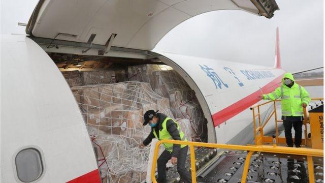 Havayolu şirketleri, soğuk ortamda korunması gereken Covid-19 aşılarını taşımak için seferber oldu.  Uluslararası havayolu şirketleri, Pfizer ve Moderna ilaç firmaları tarafından geliştirilen, derin dondurma gerektiren ve dozları muhtemelen ilk dağıtılacak olan Covid-19 aşılarını taşımak için ultra soğuk nakliye ve depolama tesisleri kurulması konusunda harekete geçti.