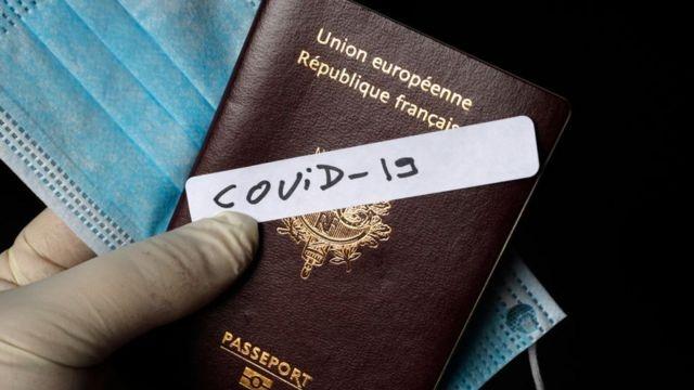 """DSÖ AŞI PASAPORTLARINA KARŞI ÇIKIYOR  Diğer taraftani Dünya Sağlık Örgütü (DSÖ) ve Dünya Seyahat ve Turizm Konseyi, """"iki katmanlı bir toplum"""" yaratacakları endişesiyle aşı pasaportlarına karşı çıkanlar arasında yer alıyor. Geçen ay, DSÖ'den Dr. Mike Ryan aşı pasaportlarıyla ilgili etik ve adalet sorunları hakkındaki endişelerini, """"Özellikle aşının böylesine adaletsiz bir şekilde dağıtıldığı bir dünyada, bunların dikkate alınması gerekiyor"""" ifadelerini kullanmıştı."""