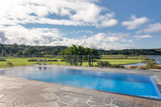 Bu evin fiyatı 16,9 milyon kron  Özel bir alana yapılmış evin yüzme havuzundan kullanılabilir arazisi ve muhteşem bir konumu bulunuyor. Ev Skeppsholmen / Sotheby'de deniz manzaraları ve 123 metre kare alana sahip.