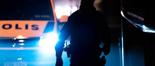 Gece saatlerinde Sala merkezinde polisin müdahalesi sırasında bir kişiyi vurarak öldürdüğü bildirildi.  Edinilen bilgilere göre, bölge plisi 25'li yaşlarındaki bir kişiyi, dün gece geç saatlerde Sala'nın merkezinde yapılan bir müdahale sırasında vurdu.   Olay 02.22'de meydana geldi ve polis olayın arka planını çok gizli tuttu, ancak sabah saatlerinde şahsın sabıkalı suçlu olduğu belirtildi.