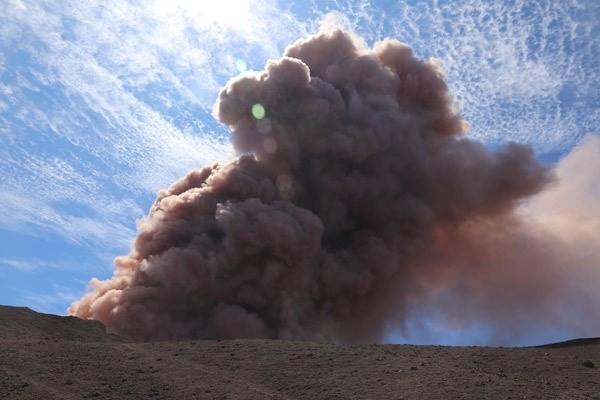 Adayı yerinden oynatan olaylar zinciri, 5 büyüklüğündeki ilk depremin tetiklediği volkanın patlaması oldu.