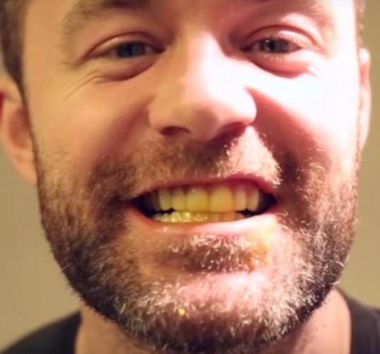Karışımı tıpkı diş macunu gibi kullanarak dişlerinizi fırçalayın.  Diş fırçanız biraz sararabilir ancak endişelenmeyin. Daha beyaz dişler için diş fırçanızı feda etmek gayet mantıklı.