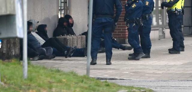 İsveç'te devam eden bir dava ile ilgili taraflar mahkeme binası önünde karşılaşınca büyük kavga yaşandı.  Sollentuna'daki Attunda Bölge Mahkemesinde çalkantılı bir olay yaşandı.  Çeteler arasında çıkan kavgaya polis müdahale etti.  Bölge polisinden Eva Nilsson, maskeli 10 veya 20 kişinin kavgaya karıştığını söyledi.  Stockholm'ün kuzeyindeki Sollentuna'da bulunan Attunda Bölge Mahkemesi önünde Perşembe günü çıkan kavga üzerine çok sayıda polis ekibi olay yerine harekete etti.