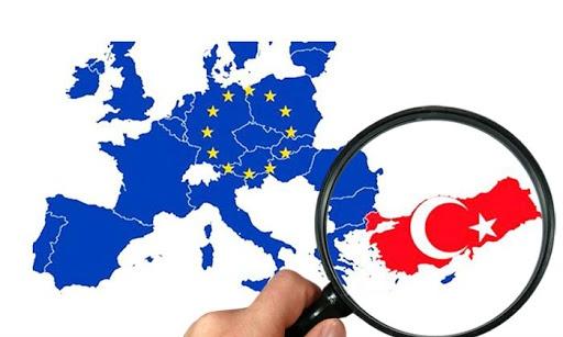 """Otomatik Bilgi Paylaşımı ile ilgili belirsizlik sürüyor. Ülkelerin ortak sözleşme kapsamında finansal veri paylaşımı yaptığı çalışma uygulamaya kondu. Aralarında İsveç'in de bulunduğu 2020 yılında bilgi paylaşımı 54 ülkeye yapılacak. Türkiye dışında yaşayıp Türkiye'de banka hesabı olanlar açısından bilgi paylaşımı endişeleri de beraberinde getiriyor. Otomatik Bilgi Paylaşımı hakkında sıkça sorulan soruların cevapları bu yazıda.  """"Vergi Konularında Karşılıklı İdari Yardımlaşma Sözleşmesi"""" başlıklı anlaşmanın Türkiye tarafından imzalanıp 20 Mayıs 2017'de Resmi Gazete'de yayınlanmasından beri Avrupa'da yaşayan Türkiye kökenlilerin gündeminde Otomatik Bilgi Paylaşımı var. Paylaşımın Türkiye'de banka hesabı olanlar için ne tarz dezavantajlar getirebileceği henüz bilinmiyor.  Türkiye kökenli nüfusun yoğun olarak yaşadığı Almanya, Hollanda, Belçika, Avusturya ve Fransa gibi ülkelerle Türkiye arasında otomatik bilgi paylaşımının ne zaman yapılmaya başlayacağı da belirsiz. Otomatik Bilgi Paylaşımı ile ilgili sıkça sorulan sorulara dair bazı bilgi notları yayınladı. İşte Otomatik Bilgi Paylaşımı'na dair sıkça sorulan soruların cevapları:"""