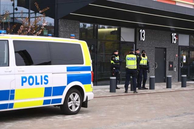 Stockholm Polis komuta merkezinden Eva Nilsson, yaşanan kavganın devam eden bir dava ile bağlantılı olarak, tarafların birbirine girdiğini ifade etti.  Kavganın hızlı yaşandığı ve olaya karışanların yakalanmamak için polise molotof attıkları belirtildi.  Polis sözcüsü Åsa Wallentin, bölge mahkemesinde zaten ciddi bir polis kontrolü olduğunu belirterek, olayın yaşandığı anda polisin hemen müdahale ederek, daha ciddi sonuçların olmasını engellediğini vurguladı.  Yaşanan kavga nedeniyle duruşmanın ileri bir tarihe ertelendiği belirtilirken, polisin müdahalesi sırasında saldırganların polise de saldırdığı belirtildi.  Olaya dair soruşturma devam ediyor.