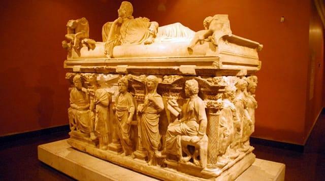 Antalya Müzesi  Ülkemizin en kapsamlı ve en büyük müzelerinden birisidir. Bunda 1. Dünya Savaşı döneminde yağmalanmak istenen eserlerin korunması amacıyla kurulan ilk müze olmasının çok büyük etkisi vardır.