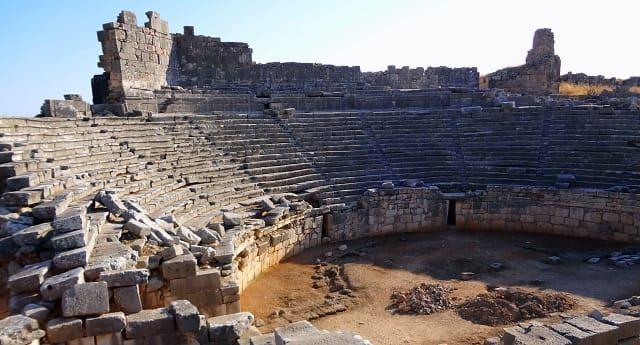 Xanthos Antik Kenti  3000 yıl öncesine dayanan tarihine rağmen, ülkemizdeki en sağlam şekilde ayakta kalabilmiş antik kentlerden birisi olma özelliğini taşır. Ayrıca enfes deniz manzarası ve mozaikleri ile de diğer bir çok antik kentten farklı bir konumda yer alır.