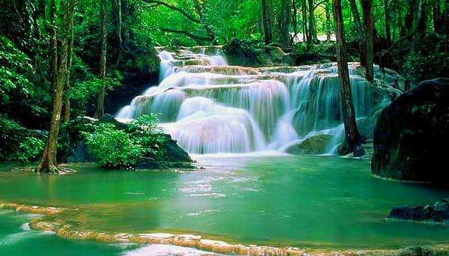 Düden Şelalesi  Düden Şelalesi ile Antalya'nın sıcak günlerinde biraz nefes almak ve doğanın büyüleyici manzarasına tanıklık etmek isterseniz, hemen rotanızı Düden'e çevirebilirsiniz. Şelalenin yanında bir de gizli güzellik olan mağaraya girecek olursanız, kendinizi tüm dış Dünya'dan bir anda soyutlayabilirsiniz.