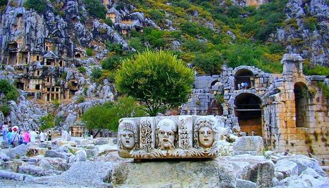 Termessos Antik Kenti  Dünya'daki en iyi korunmuş antik kentlerden birisidir. Bunda şehrin zaten korunmak üzere inşa edilmiş olmasının etkisi büyüktür. O kadar canlıdır ki; sizi kısa bir tarih yolculuğuna bile çıkarabilir.