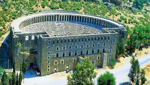 Aspendos Antik Kenti  Aspendos Antik Tiyatrosu muazzam büyüklükte ve halen sapasağlam ayakta olmasıyla dikkat çeken bir tiyatrosu olsa da, su kemerleri, bazilikası, stadyumu, çeşmesi ve kemerleri ile tam anlamıyla bütün bir kenttir ve Dünya'nın sayılı eserlerinden birisidir.