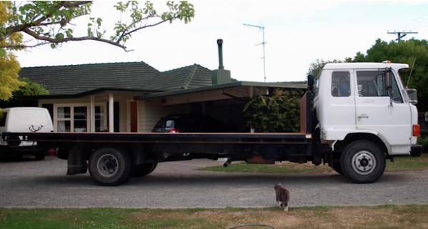 Yeni bir ev almaya bütçeleri yetmeyen çift hurda bir kamyon alarak onu eve çevirdiler.