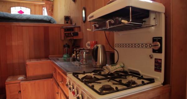 İşte burası da evin mutfağı.  İç görüntüsü harika olan evin mutfağı da bayağı bir geniş görünüyor.