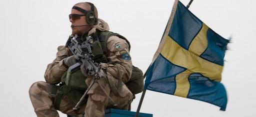 """Çarşamba akşamı rutin bir görevde sırasında İsveçli askerlere ateş açılması üzerine çatışma yaşandığı bildirildi.   İsveç Silahlı Kuvvetleri'nden yapılan açıklamaya göre, çatışmalarda yaralanan olmadı.  Silahlı Kuvvetler basın sekreteri Therese Fagerstedt, """"TT'ye yaptığı açıklamada, öldürme amacı taşıyan ince kalibreli silahlarla ateş açıldı"""" yorumunda bulundu."""