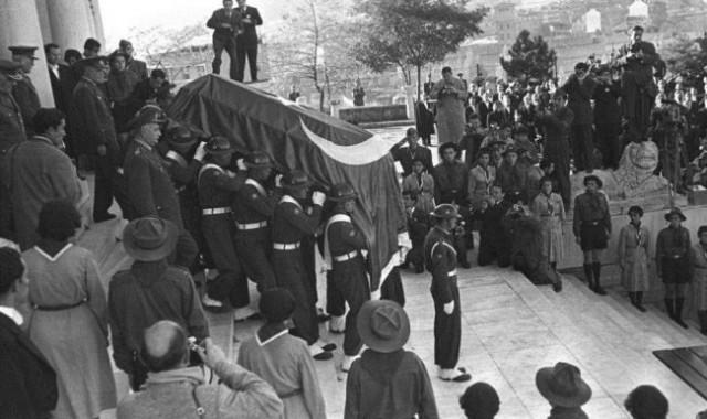 Anadolu Ajansı, fotoğraf arşivinden derlenen karelerle Mustafa Kemal Atatürk'ün cenazesinin Etnografya Müzesi'nden Anıtkabir'e yolculuğunu anlattı.
