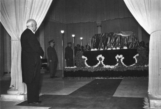 Atatürk'ün naaşı Anıtkabir'e nakli töreni öncesi Etnografya Müzesi'nde ki katafalkta görülüyor.