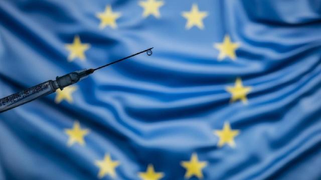 Avrupa Birliği Komisyonu, bu yaz seyahatlerde kullanılmak üzere çıkarılması beklenen aşı sertifikasının üye ülkelerce başka amaçlarla kullanılması durumunda iç yasal düzenlemelerin buna uygun hale getirilmesi gerektiğini bildirdi.  AB Komisyonu üyesi Didier Reynders, Avrupa Parlamentosunun Sivil Özgürlükler, Adalet ve İçişleri Komitesinde aşı sertifikası konulu toplantısında sertifikayla ilgili çalışmalar hakkında bilgi verdi.