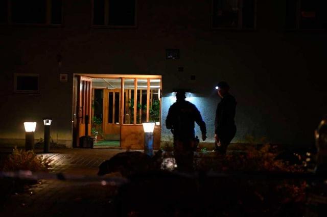 Başkent Stockholm'ün Farsta banliyösünde silah seslerinin yükselmesi üzerine polis harekete geçti.  Dün akşam saat 21:00 sıralarında meydana gelen patlama sesleri üzerine bölgede tedirginlik yaşandı.  Stockholm'ün güneyindeki Farsta Strand'daki bir yerleşim bölgesinden duyulan silah sesleri ile ilgili birçok kişi polisi aradı.  Bölge polisi sözcüsü Carina Skagerlind, olay yerinde çok sayıda ekiple kapsamlı soruşturma yapıldığını belirtti.  Polisin arama yaptığı bölge Magelungsskolan yakınlarında bulunuyor denirken, silahların patladığı olay yeri polis tarafından kordon altına alındı.