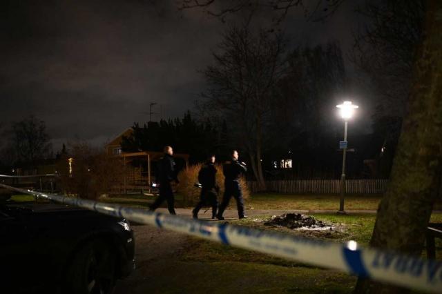 """""""Vardığımızda, Kyrkogårdsvägen'de cansız bir insan bulduk"""" diyen Polis sözcüsü Ola Österling, bu kişi ölü bulundu ve bir suç işlendiğini varsaymak için neden olduğu için cinayetle ilgili bir ön soruşturma başlattık ifadeleri kullandı.  Edinilen bilgiye göre, polis maktulün vücudunda ip veya benzeri bir cisimle boğulduğuna dair işaretler netleşince öldürüldüğüne karar verdi.  Adamın bulunmasından kısa bir süre sonra, polisin olay yeri çevresindeki alanda ipuçları aradığı söylendi. Ancak geçen hafta sonuna kadar kimse tutuklanamadı."""