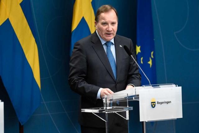 """İsveç'te salgının yeniden ivme kazanmasıyla birlikte artan vaka sayısı, can kayıpları ve sağlık sistemi üzerindeki baskının içinden çıkılmaz hal almadan önce herkesin kurallara uyması konusunda sık sık uyarılar devam ediyor.  Üç bölge için daha katı kuralların getirildiğini duyuran Başbakan Stefan Löfven, durum """"Çok ciddi"""" dedi."""